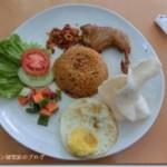 スマトラ島メダン、クアラナム国際空港でナシゴレンを食べる