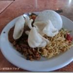 スラウェシ島マカッサル、スルタン・ハサヌディン国際空港でルンダンを食べる