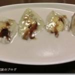 米粉とバナナを蒸したインドネシアのスイーツ、ピサンヒジョウ(pisang hijau)を食べる
